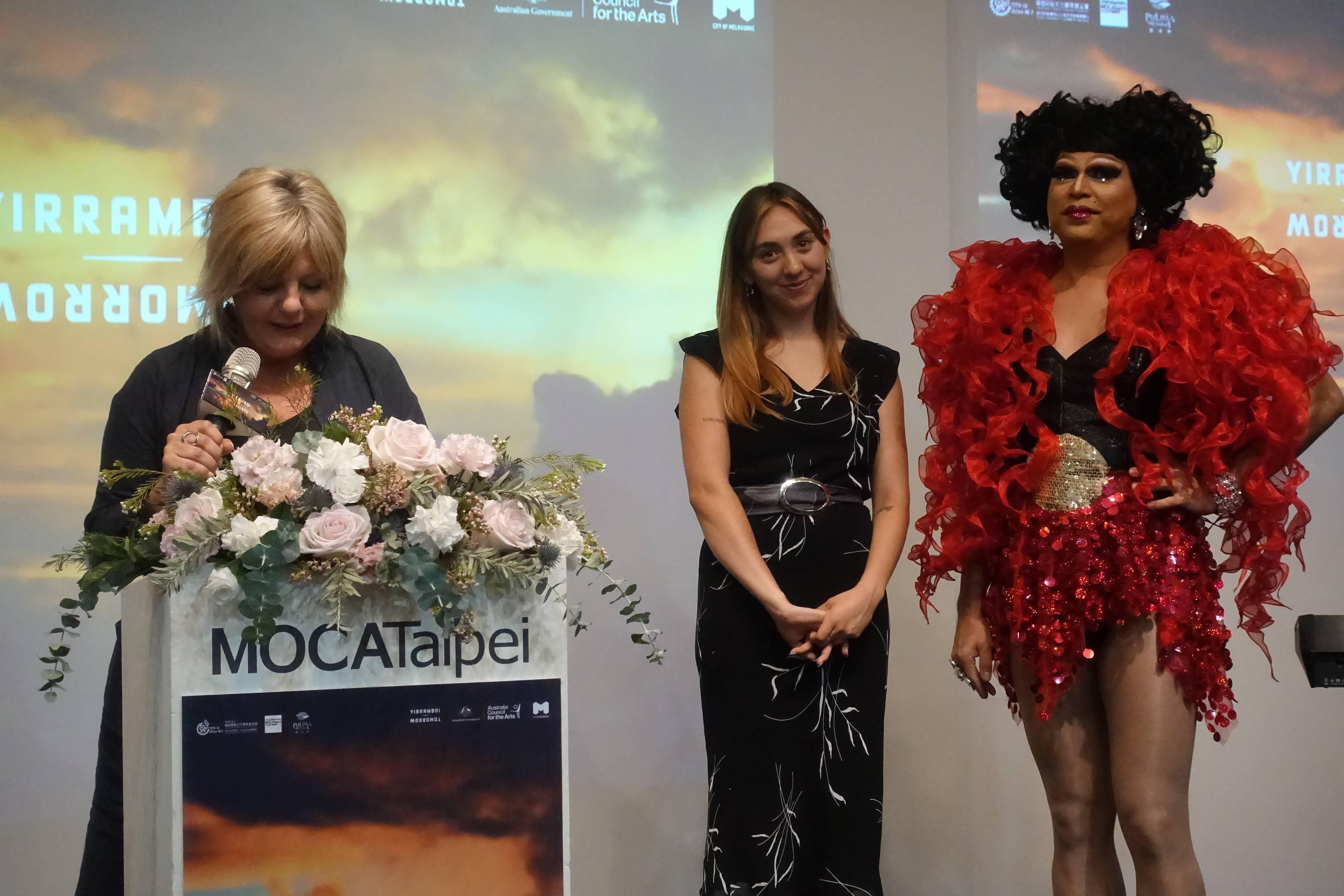 澳洲明日藝術節總監卡洛琳.馬汀(Caroline Martin)與藝術家歌手艾麗絲.史凱(Alice Skye)以及澳洲變裝皇后班.格雷茲(Ben Graetz)。