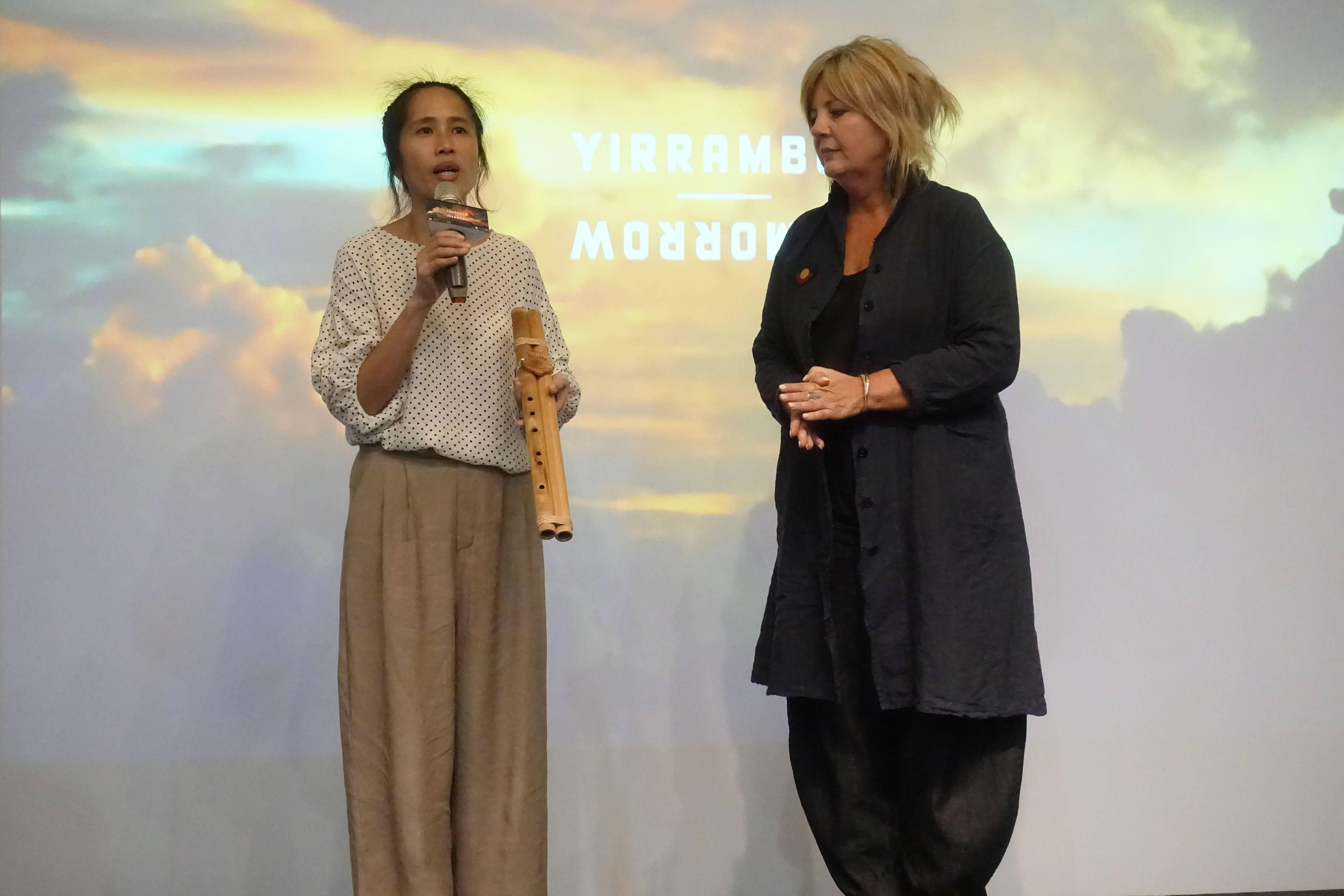 2018Pulima藝術節策展人Nakaw Putun與澳洲明日藝術節總監卡洛琳.馬汀(Caroline Martin)兩國互相交換禮物。