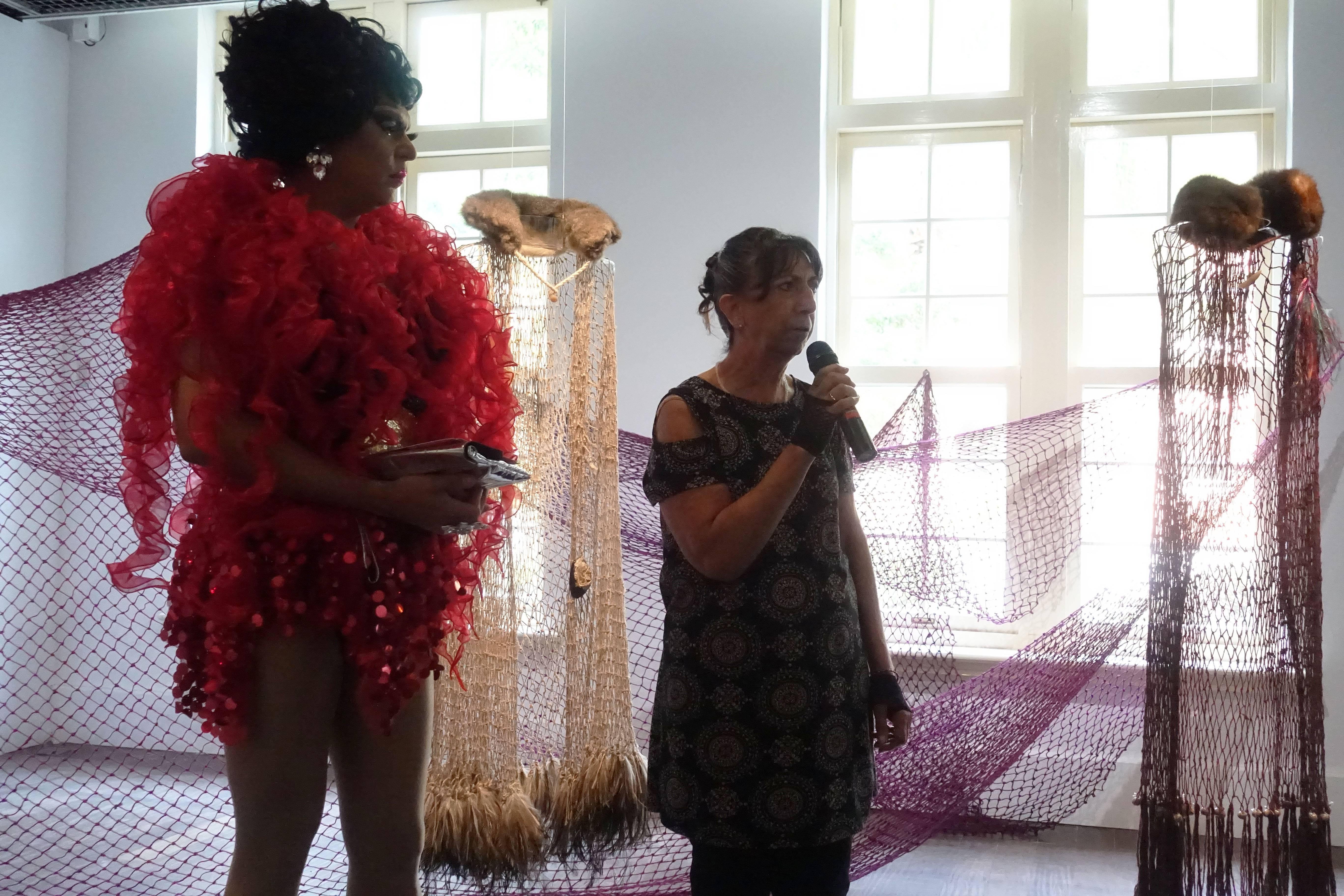澳洲變裝皇后班.格雷茲(Ben Graetz)與此次澳洲明日藝術節藝術家葛蘭達.尼珂斯(Glenda Nicholls)進行作品現場導覽。