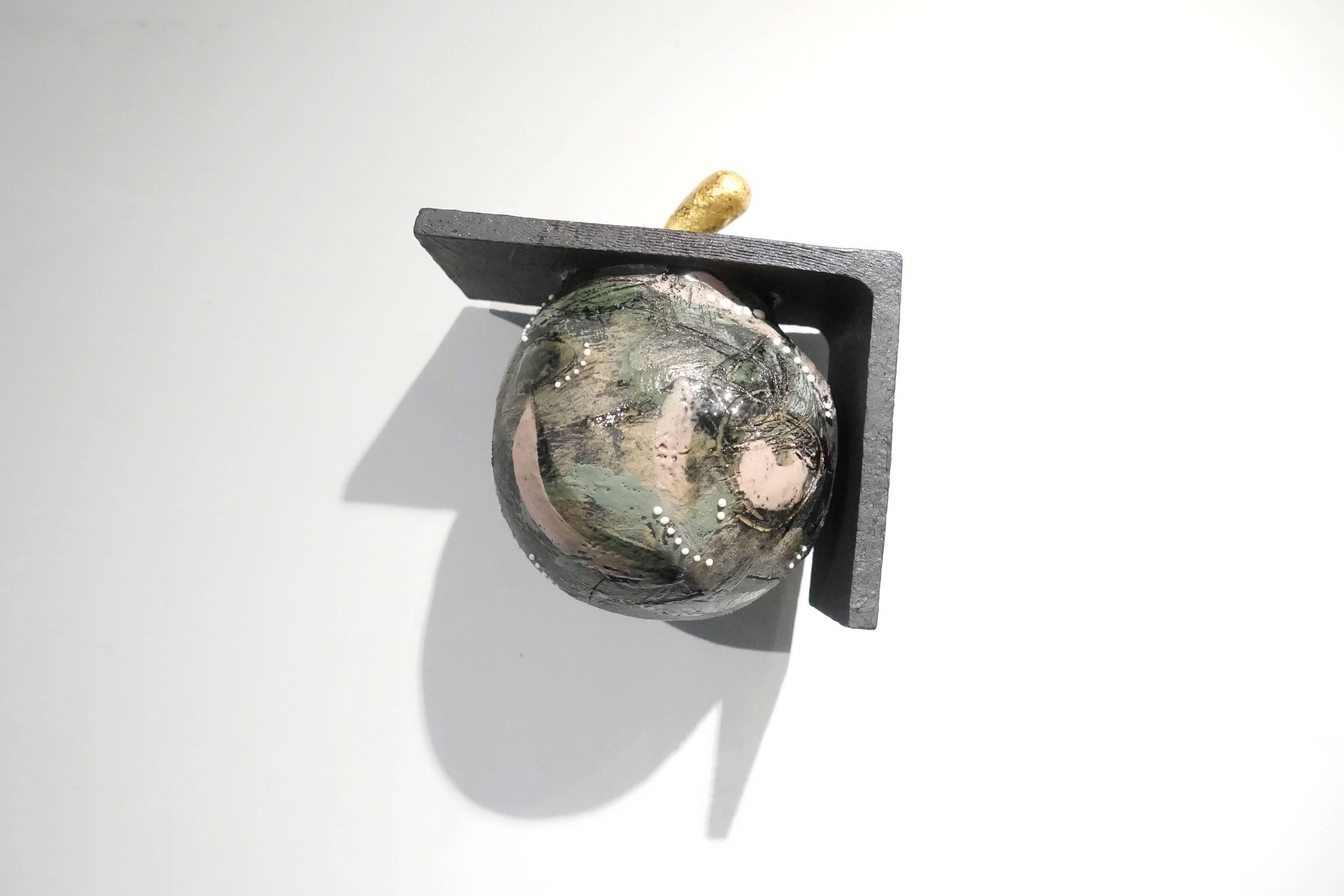 施姵伃,《共處-I》,陶、化妝土、釉,2018。