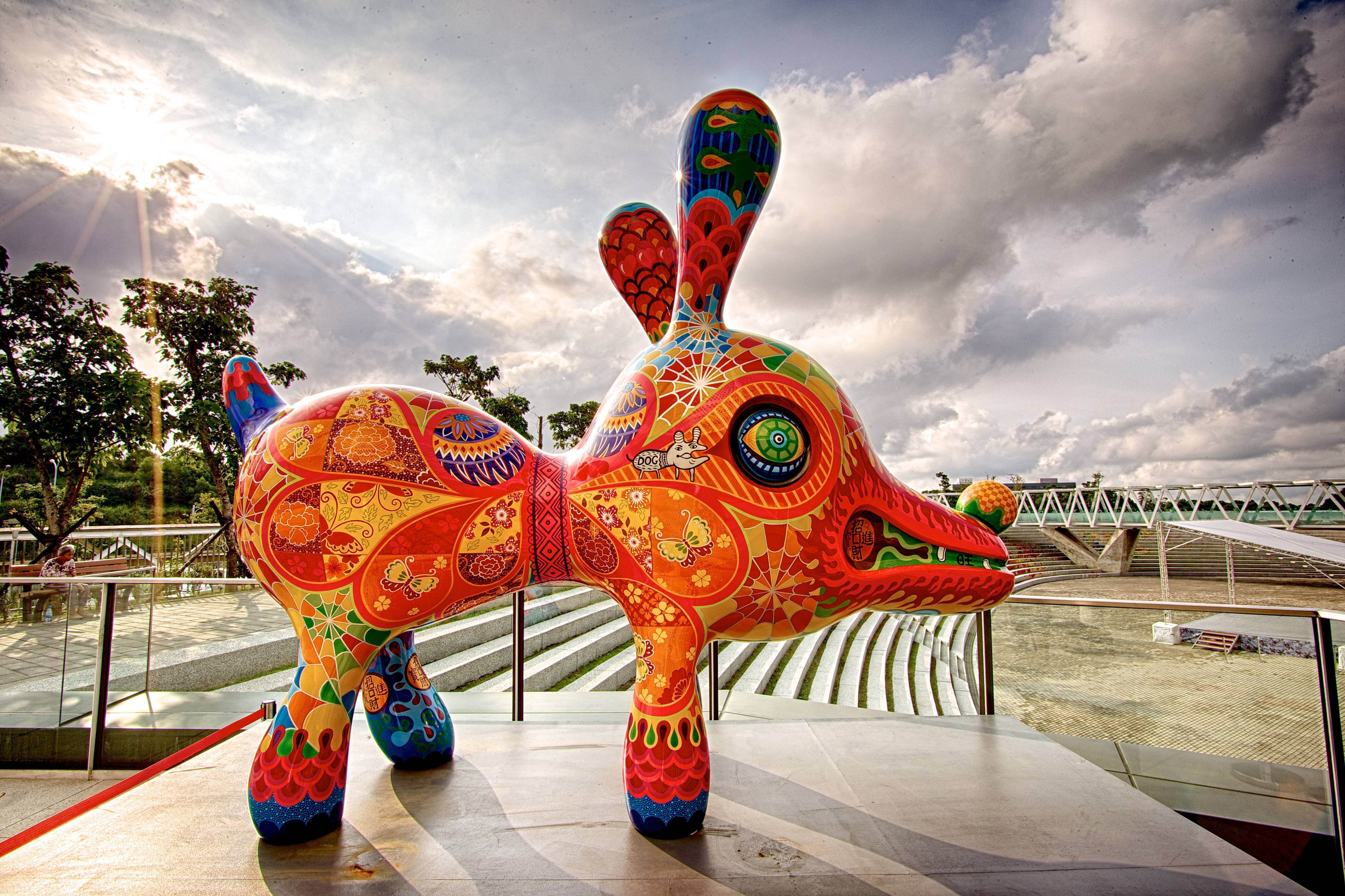 大旺狗| 2013|鋼板彩繪|108x236x296 cm|活潑熱情的「旺狗」對於現代人來說,如同摯友般同甘共苦,無私分享,真誠相待。