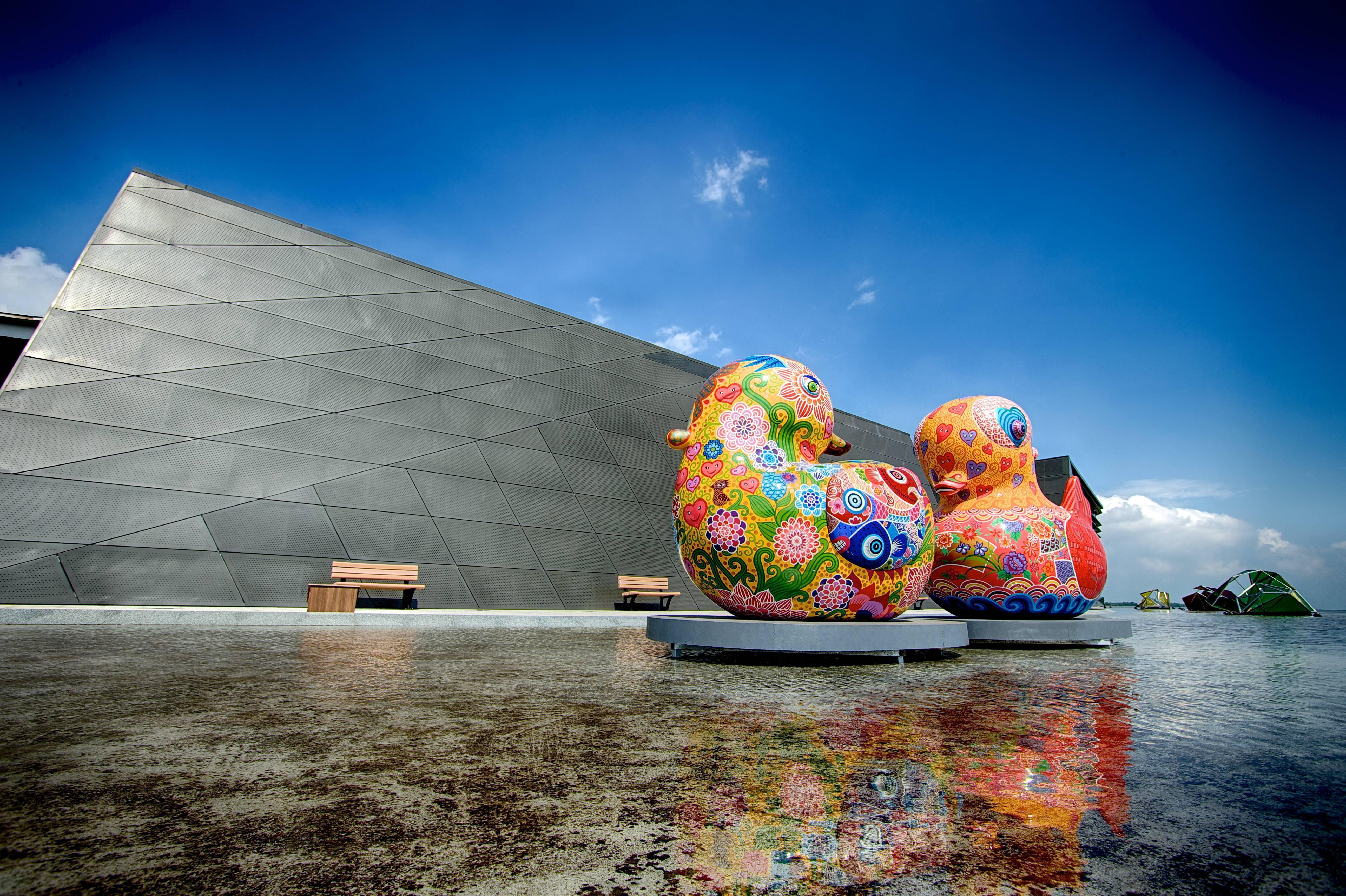 古云:只羨鴛鴦不羨仙,大膽的彩繪圖騰、符號運用,表現藝術家無稽的想像力。中國人長久以來,對鴛鴦一直保持浪漫幸福的幻想。