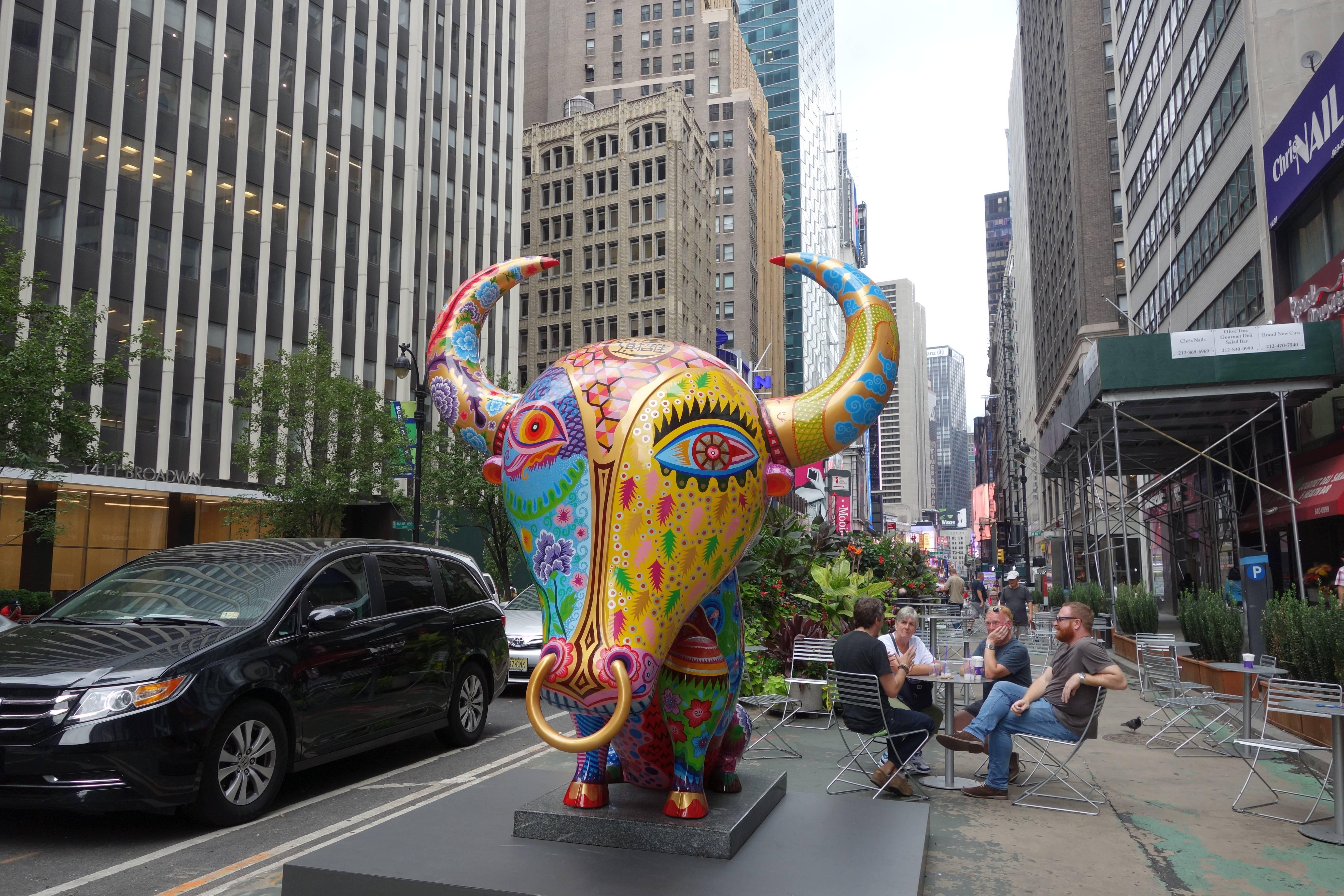 大牛| 2013|鋼板彩繪、花崗石|235x288x220 cm|洪易希望透過作品「牛」轉達出華人勤奮耐勞,堅韌旺盛的生命力量。