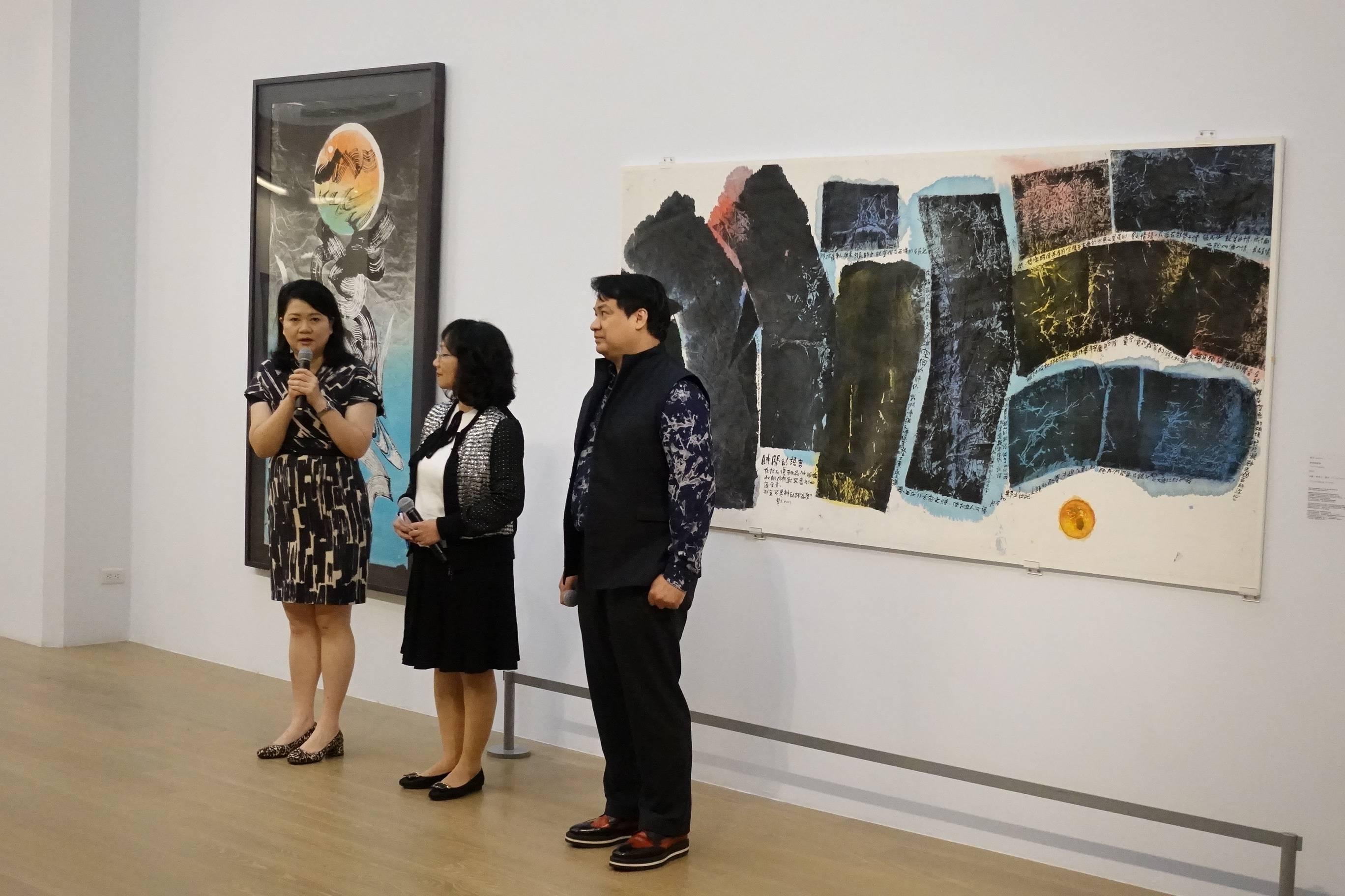 展覽開幕照。左至右:尊彩藝術中心總經理陳菁螢、楚戈基金會執行長陶幼春、尊彩藝術中心董事長余彥良。