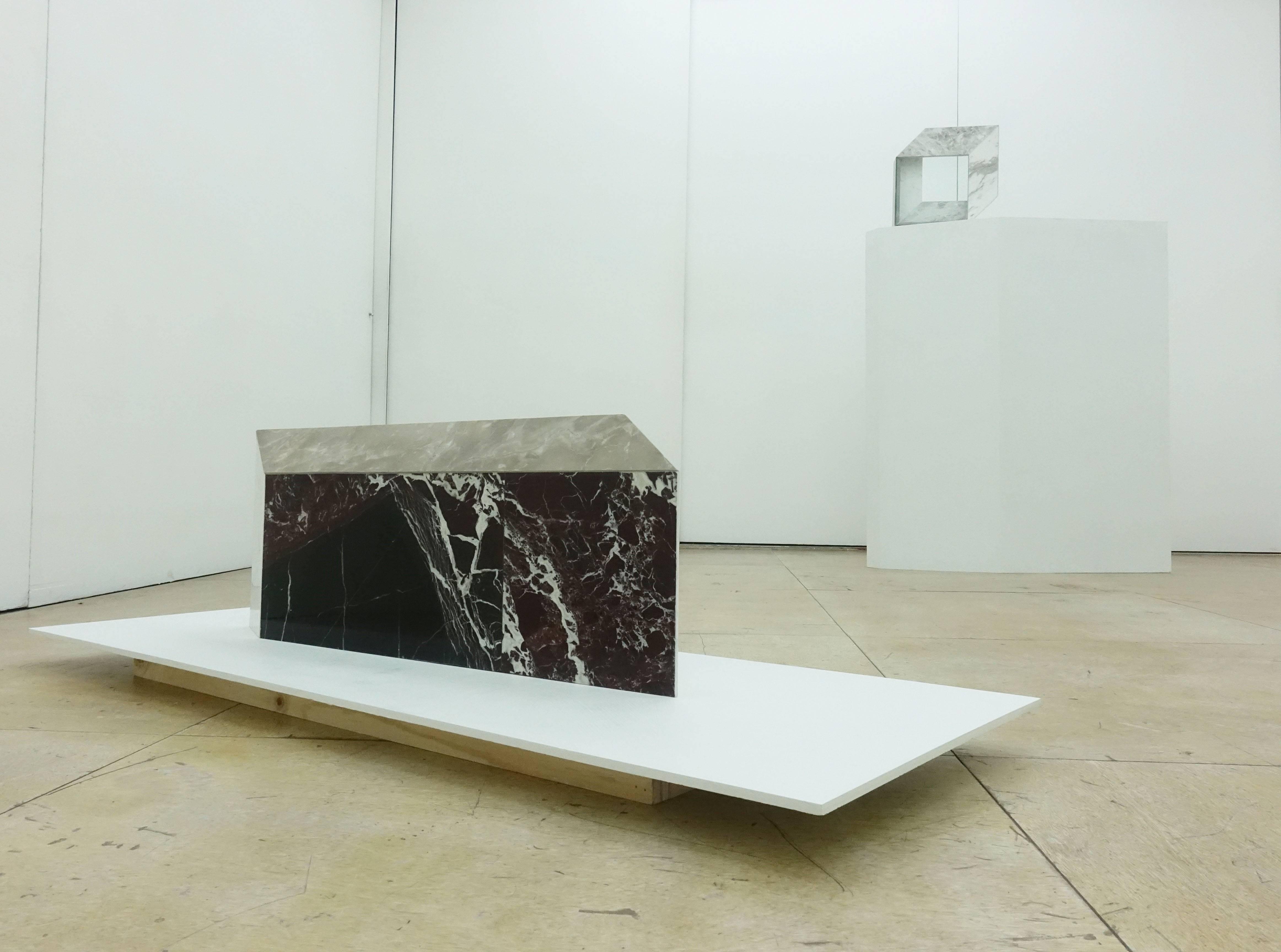 陳為榛,《美耐板 02》,86x7x32cm,大理石,2019。(前)