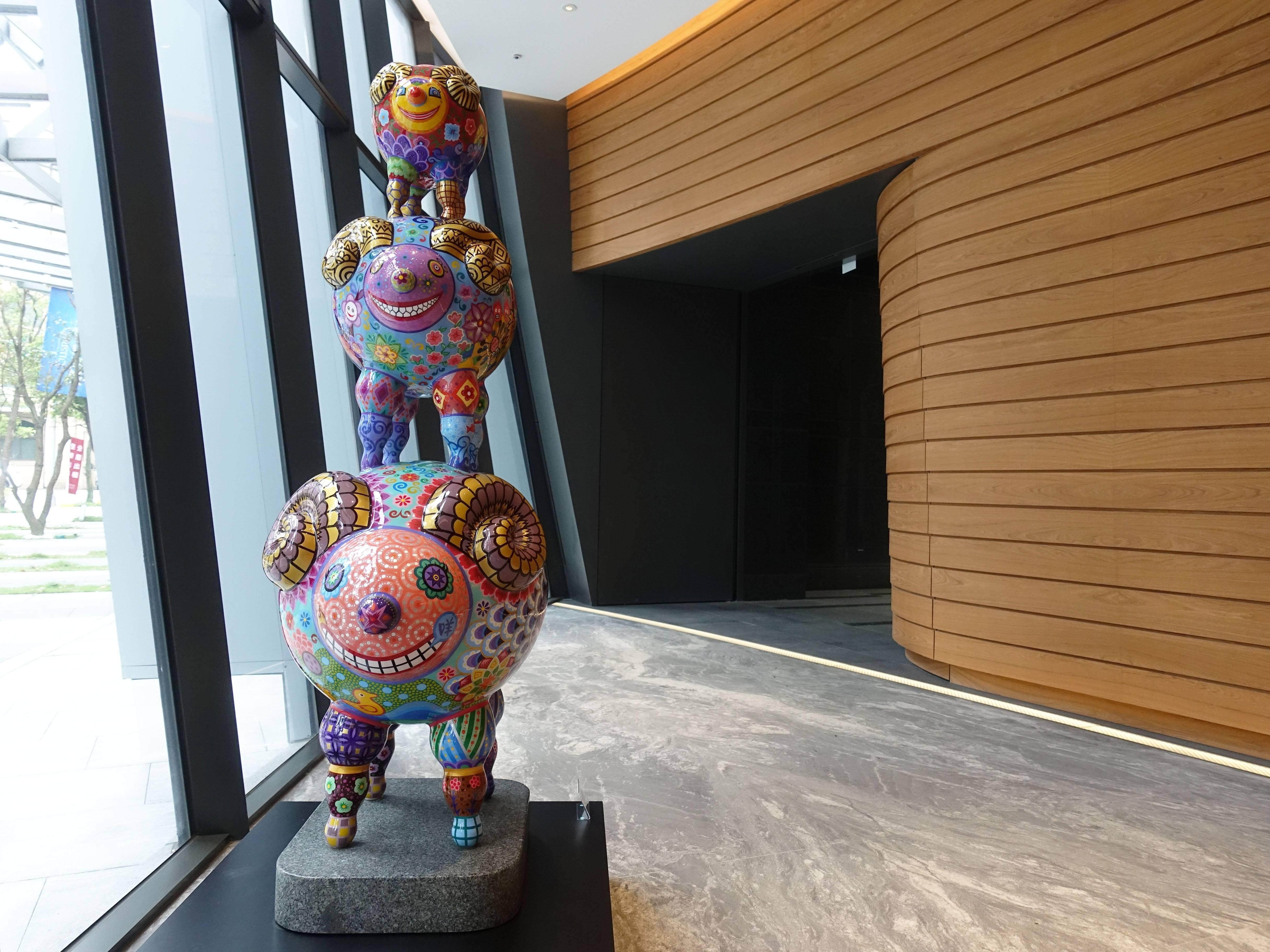 洪易,《三羊開泰》,90x53x157cm,鋼板彩繪、花崗岩,2017。