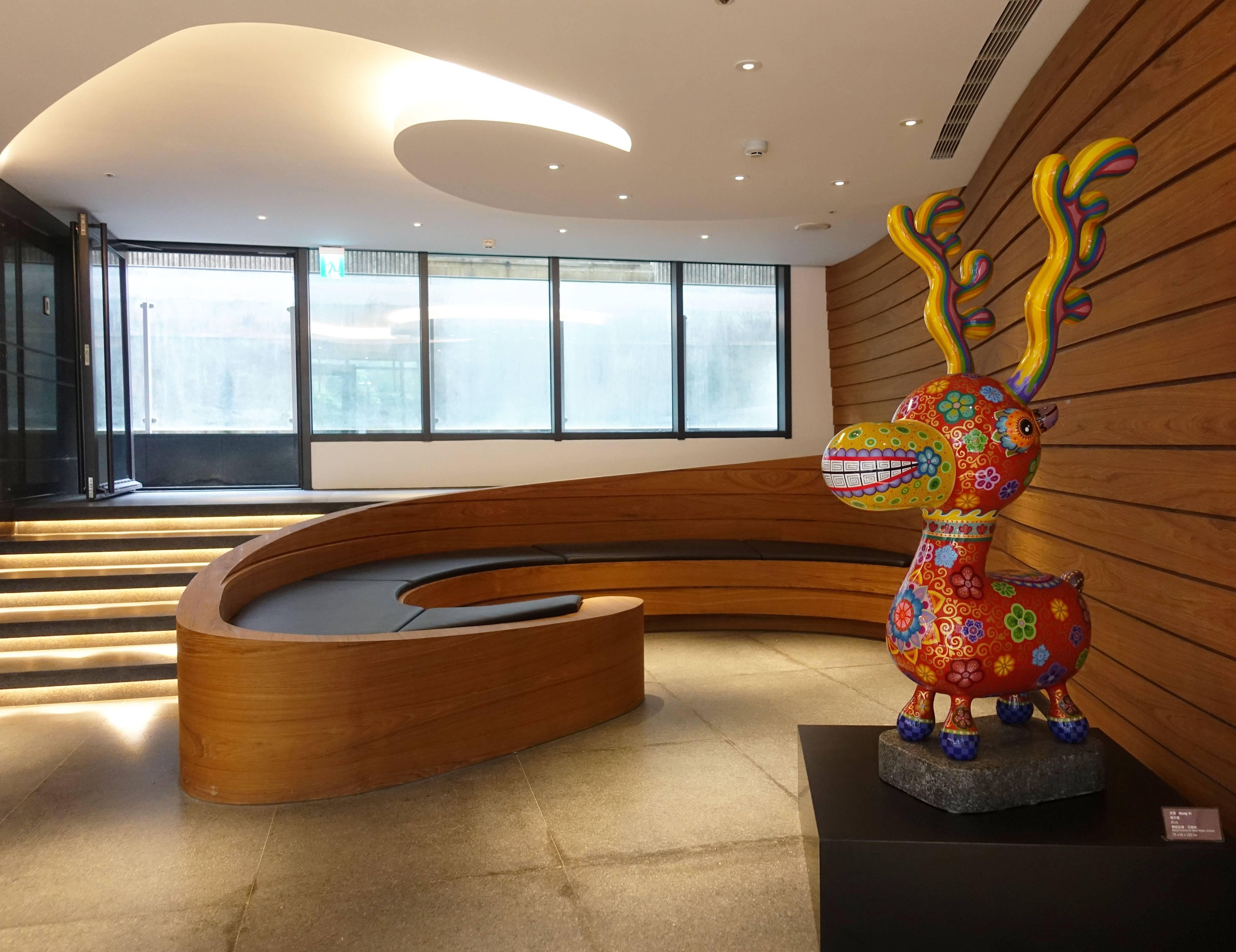 洪易,《梅花鹿》,73x65x153cm,鋼板彩繪、花崗岩,2018。