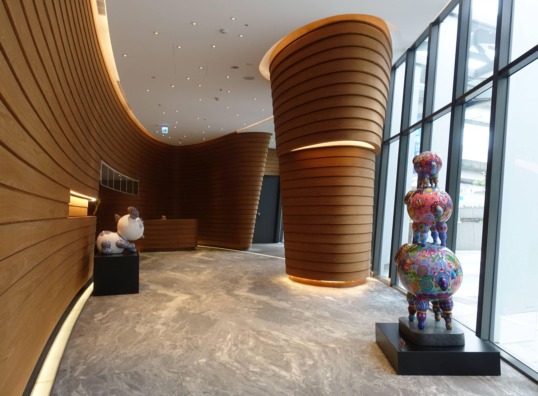 藝術家洪易作品《圓仔(左)》與《三羊開泰(右)》於南港砳建築。