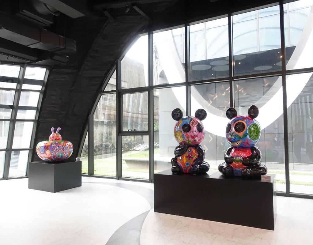 藝術家洪易作品《豬柿如意(左)》與《團團圓圓(右)》於南港砳建築。(記者 譚竣鴻/編輯)