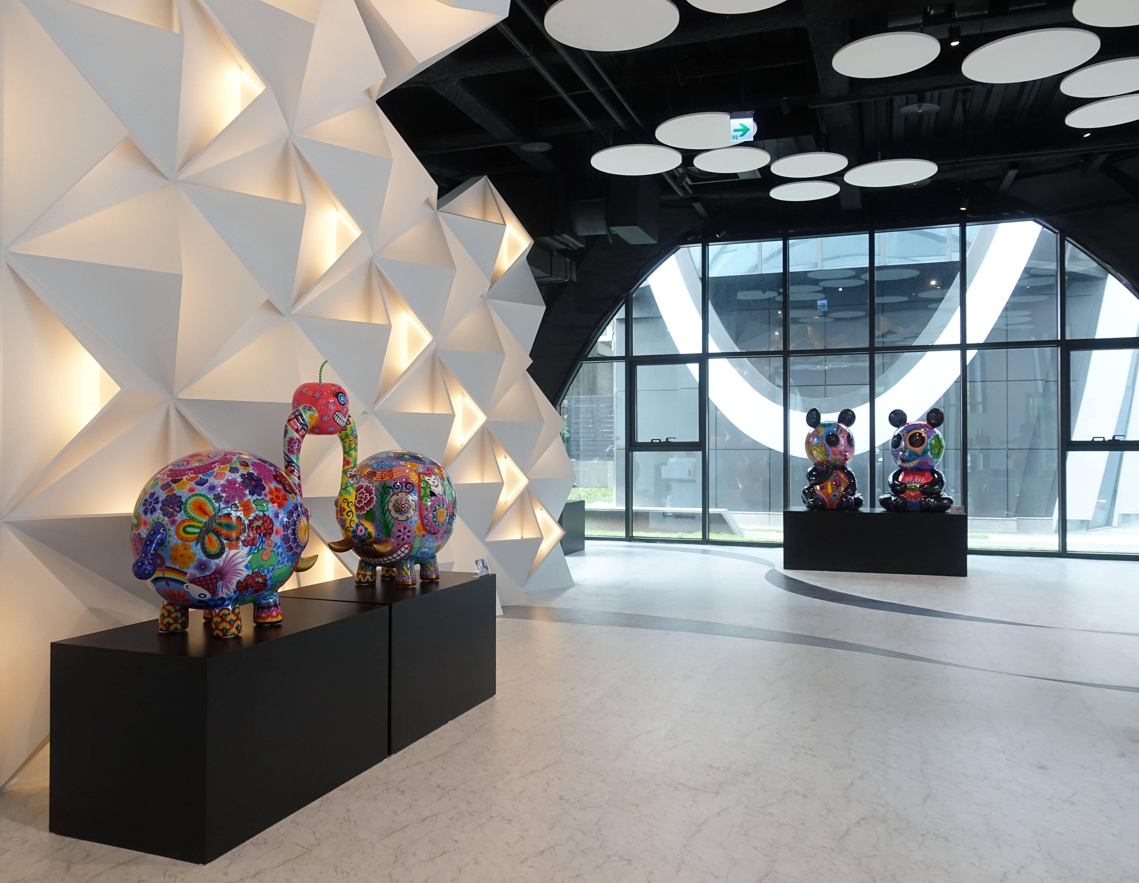 藝術家洪易作品《分享象(左)》與《團團圓圓(右)》於南港砳建築。(記者 譚竣鴻/編輯)