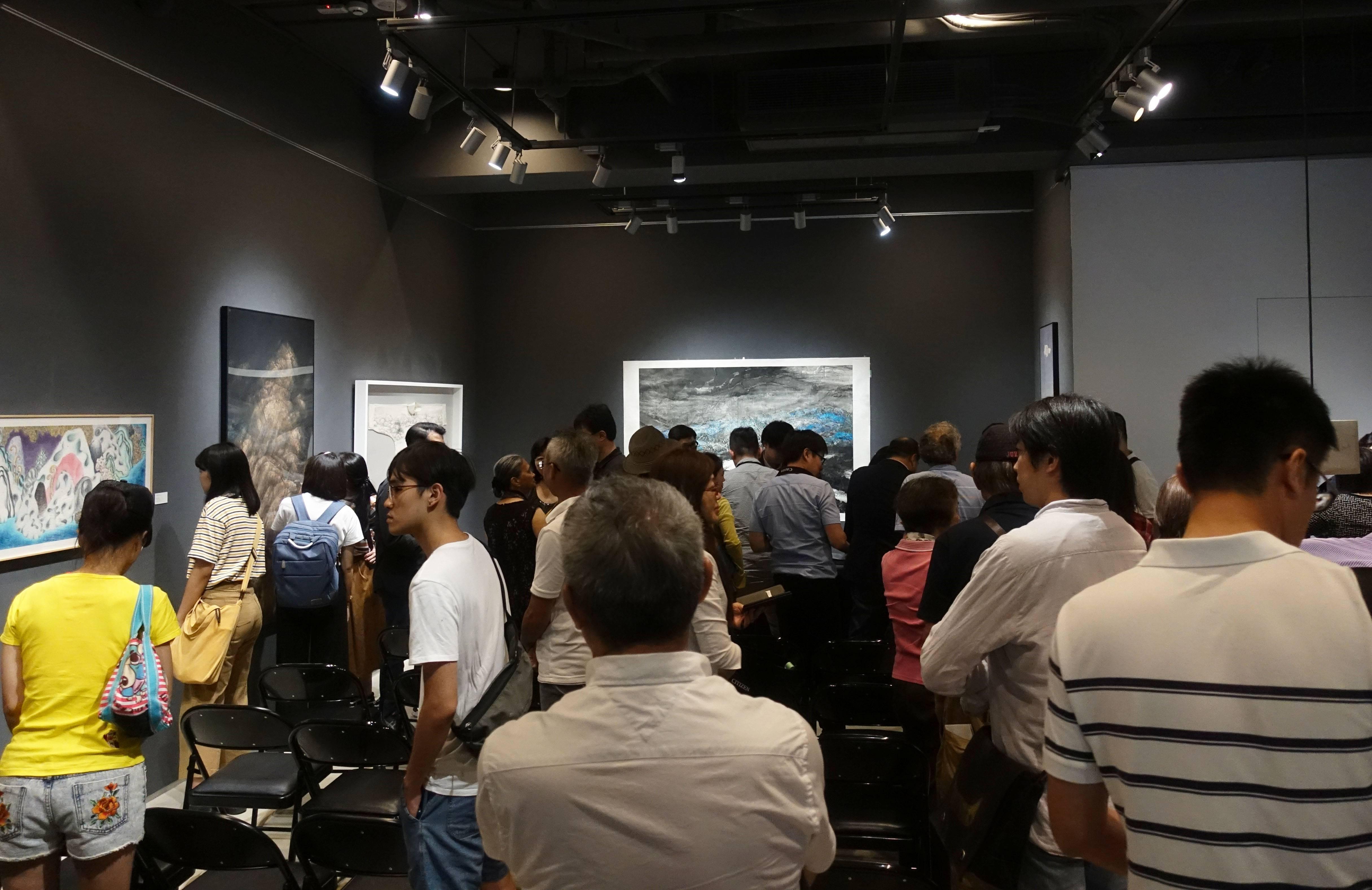 大觀藝術空間「島嶼.他方 - 台港水墨的地景建構」開幕現場人潮。