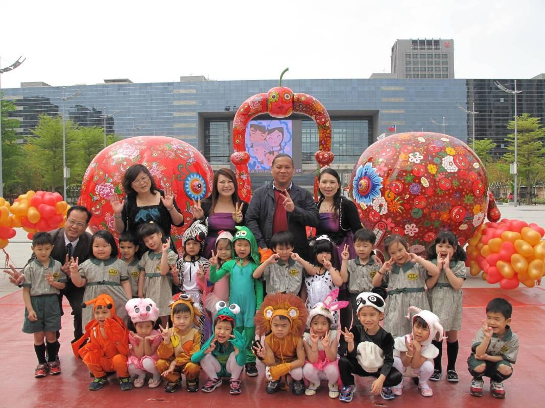 2014年於台中市政府展出,洪易與現場孩童合影