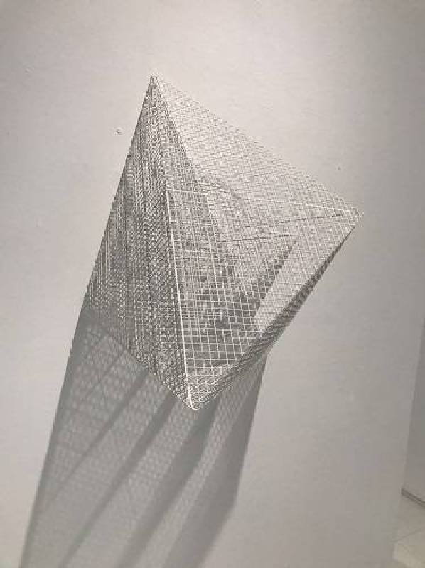 2016三角組合1 2016 Triangle Combination 1 媒材 不鏽鋼網、銬漆 Stainless Steel Mesh, Baked Painting 84x84x84cm 2016