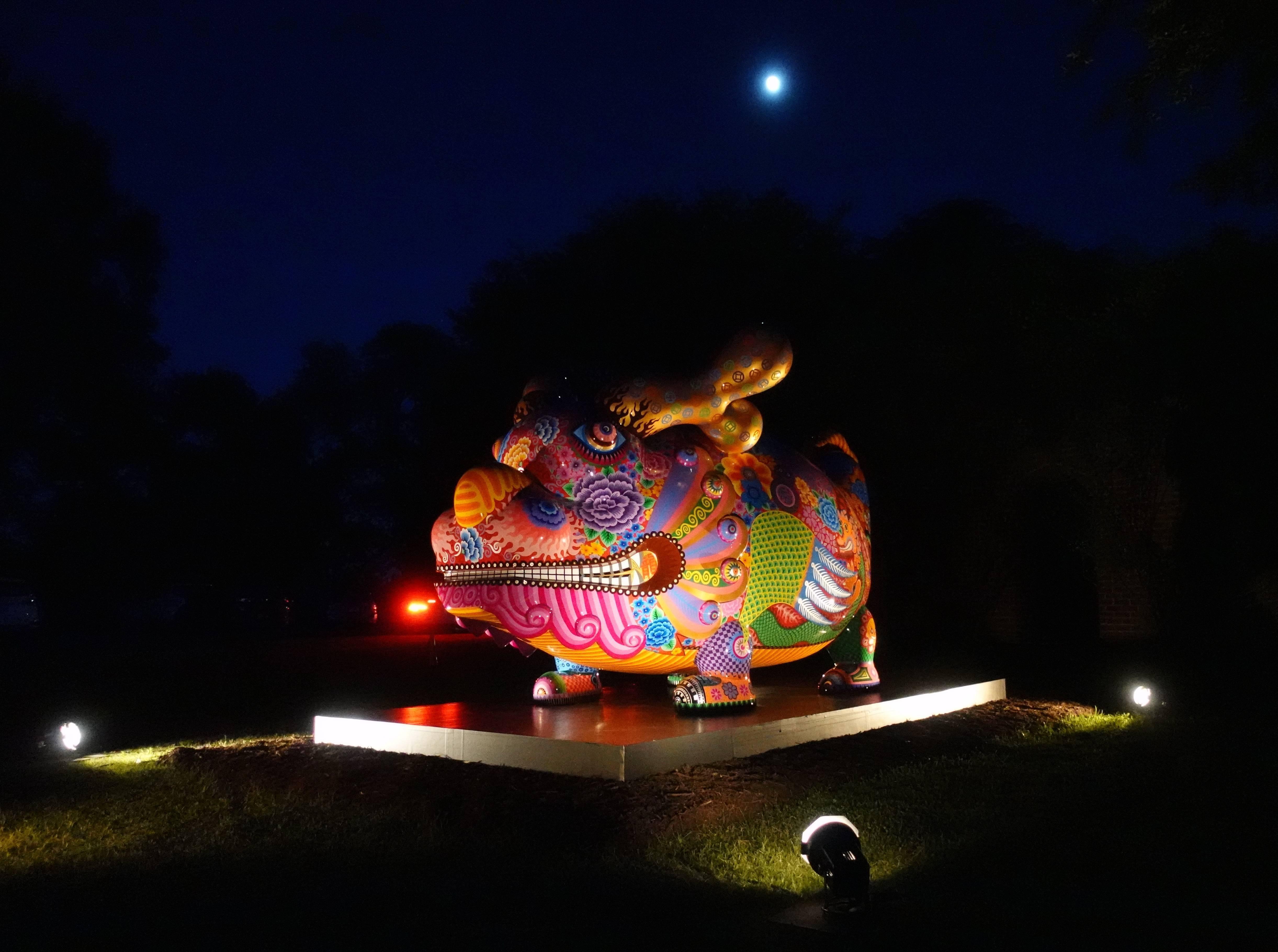 夜色中的「福龍」一樣多彩吸睛。圖/印象畫廊提供