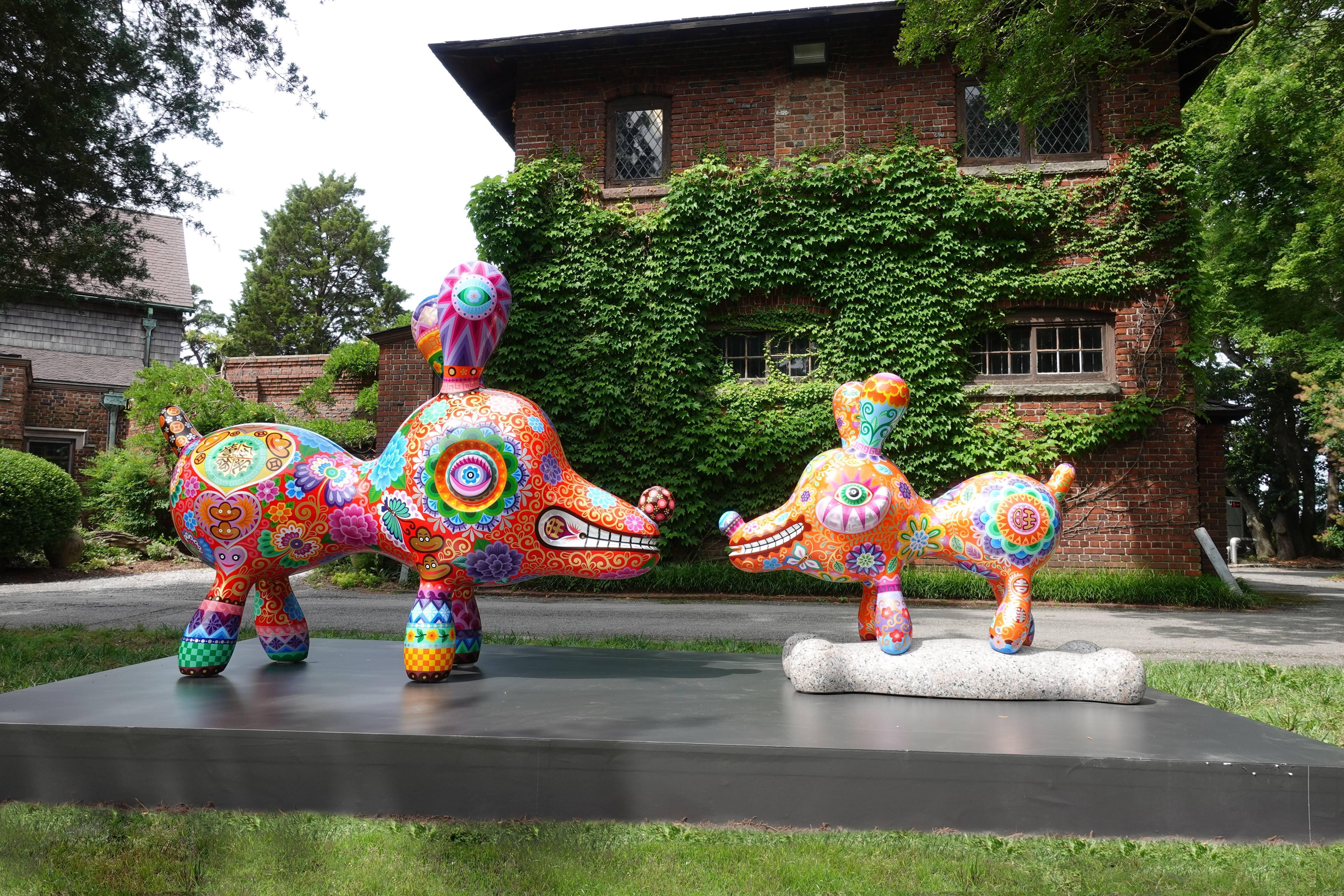 「旺狗」與「骨頭狗」在維吉尼亞州的Hermitage美術館,和大福龍相映成趣。圖/印象畫廊提供