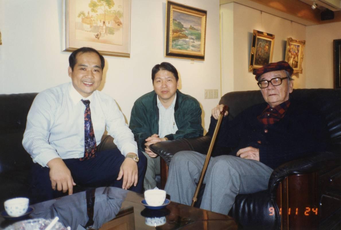 印象畫廊負責人歐賢政 (左) 與 李石樵老師合影於印象畫廊於1991年