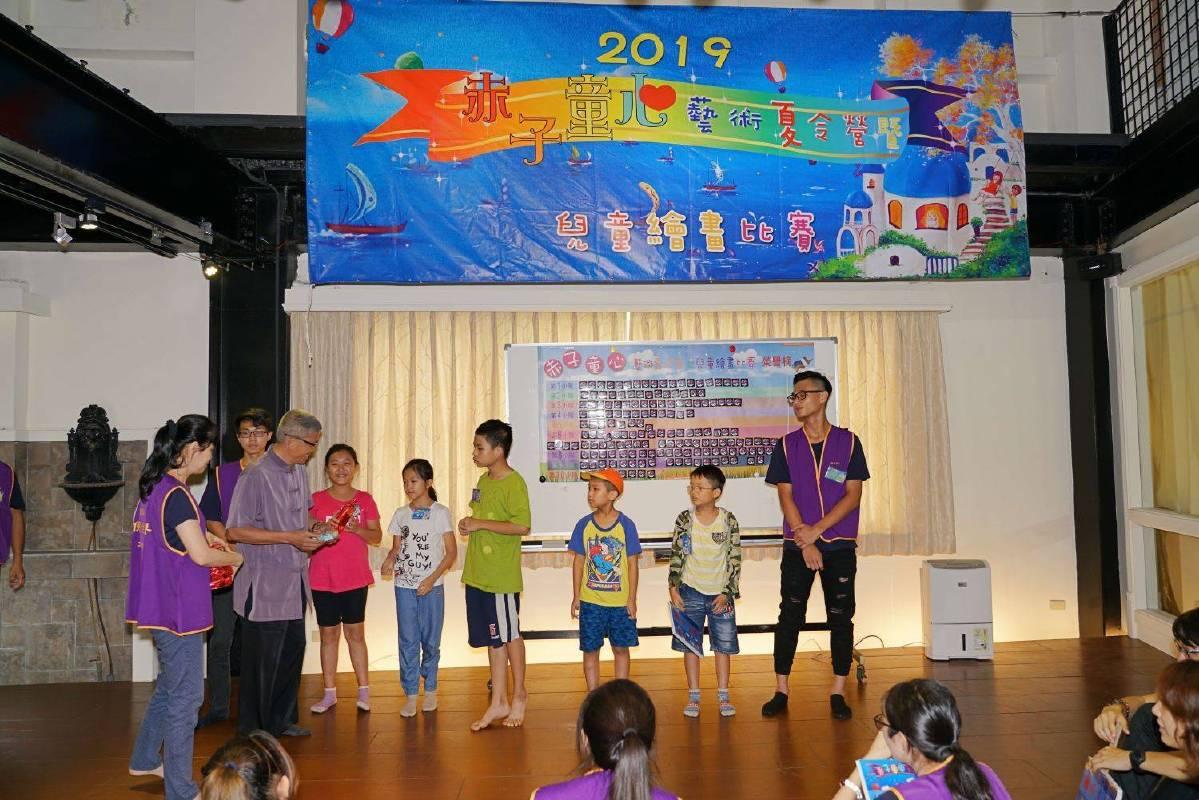 緣道觀音廟黃錦春主委來到赤子童心藝術夏令營現場,接受新北市家扶中心致贈感謝狀。