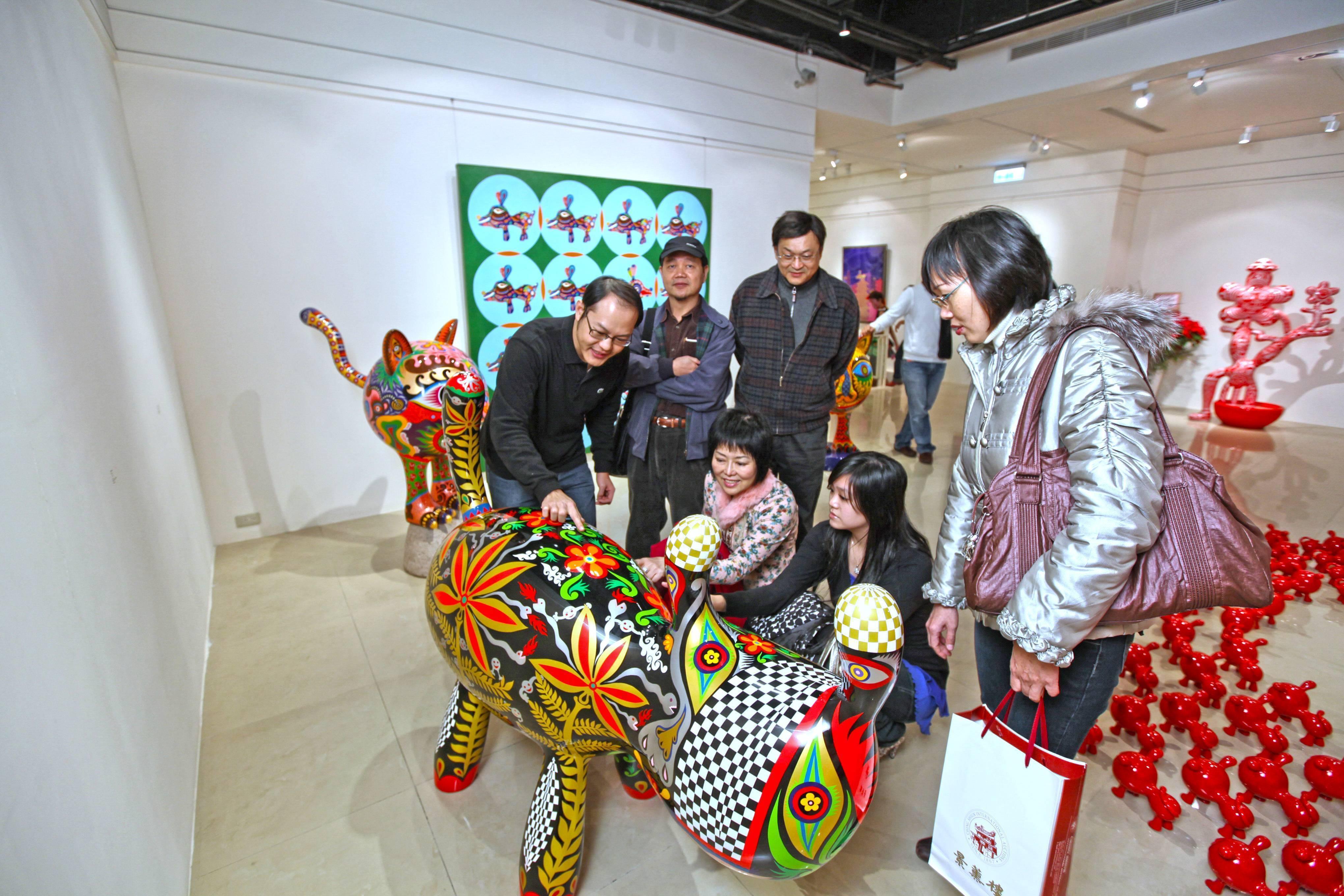 印象畫廊歐士華為現場貴賓介紹。
