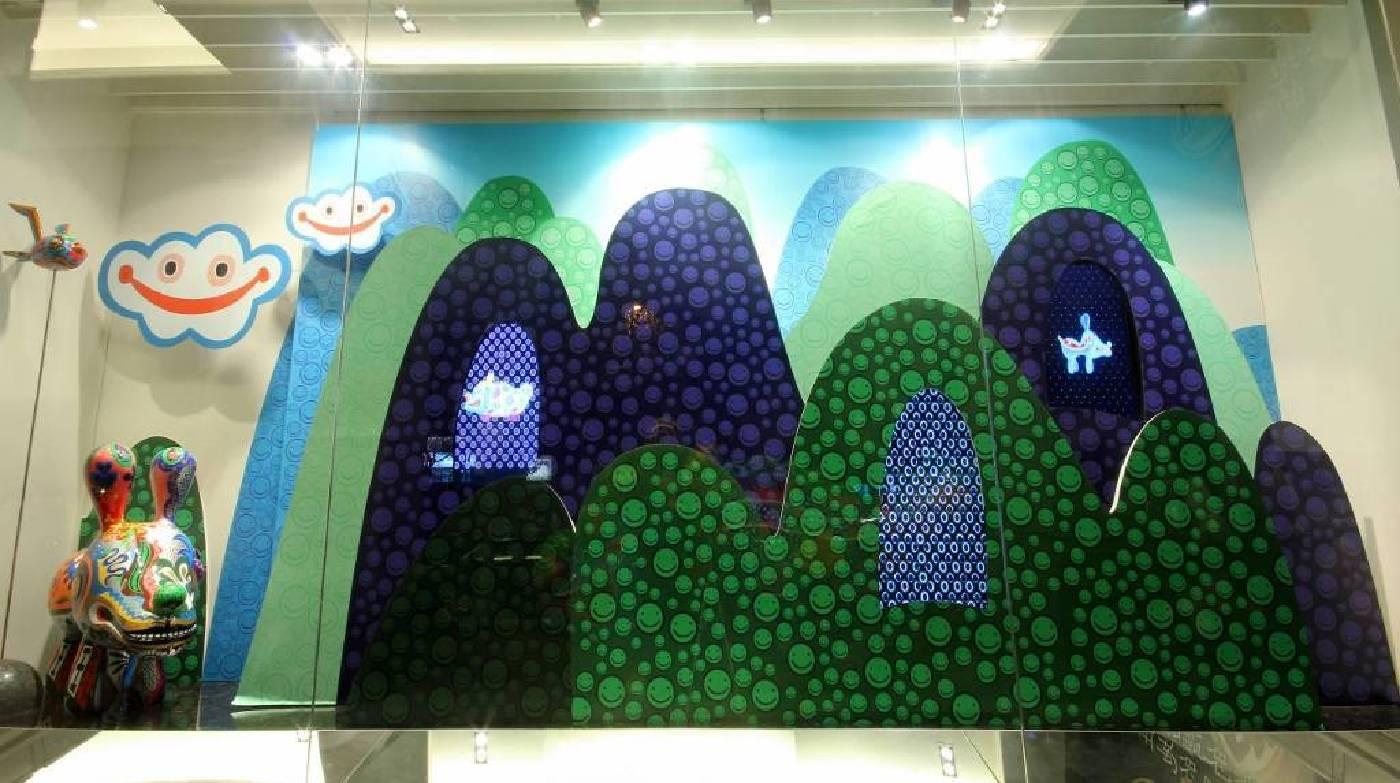 展覽櫥窗充滿童趣與繽紛色彩。