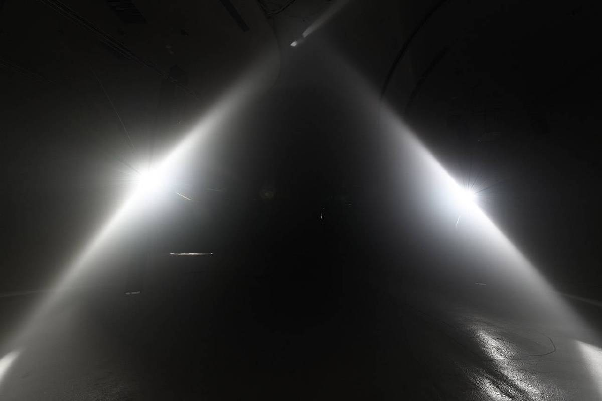 《呼吸的路徑》黑鐵、鋁擠型、鋁柱、伺服馬達、伺服馬達控制器、蝸齒減速機、線性滑軌、二氧化碳感測器、客製化微電腦晶片模組、氙氣燈泡、電腦、投影機、霧機_L31×W31×H500cm×2pcs_2019 (攝影:王世邦)