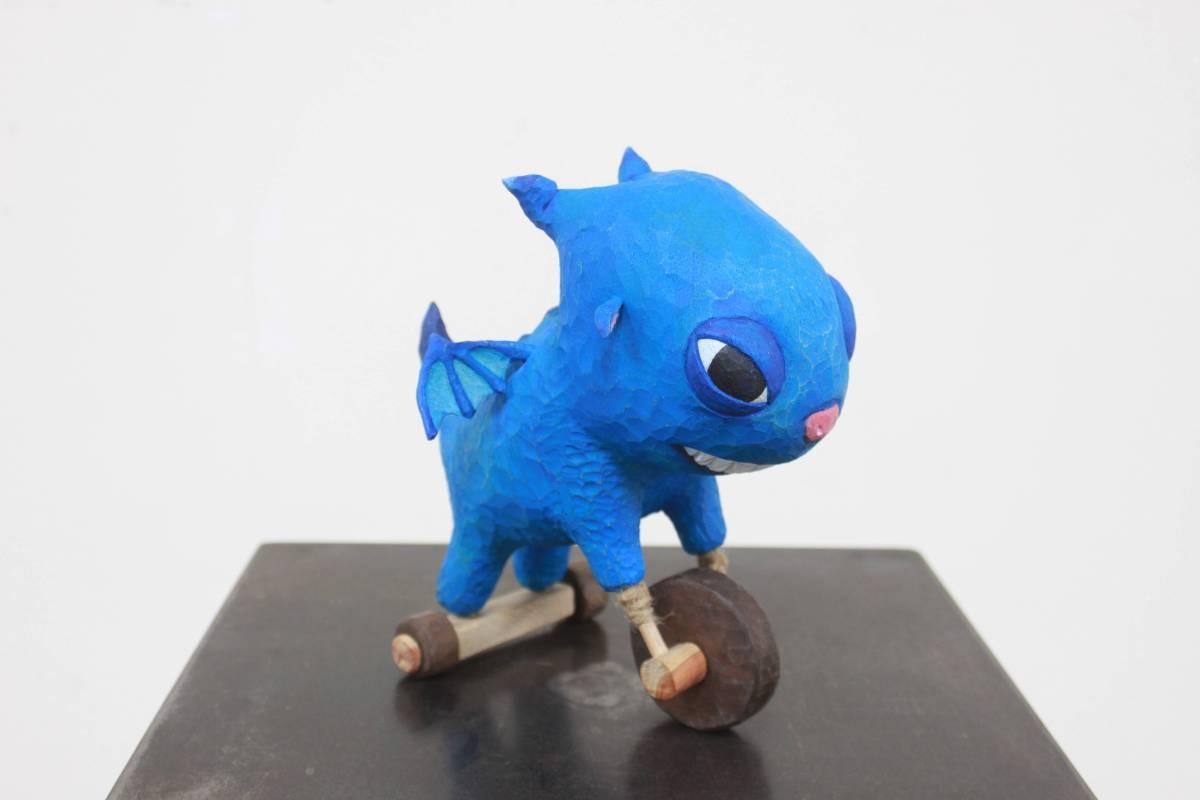 姜運威《今天不想飛》樟木、龍柏、不銹鋼、麻繩。圖/國立台灣藝術大學雕塑學系提供