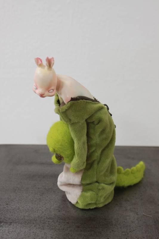 朱媛汝《裝下》樹脂、布料、羊毛氈。圖/國立台灣藝術大學雕塑學系提供