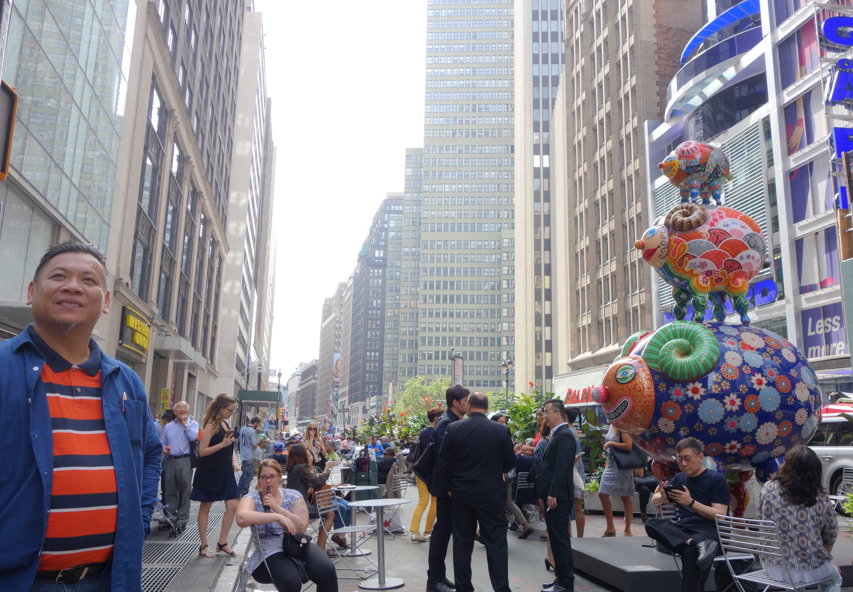 臺灣藝術家洪易在紐約時尚特區百老匯舉辦大型國際性展覽,「三羊開泰」裝置在百老匯街與41街路口。
