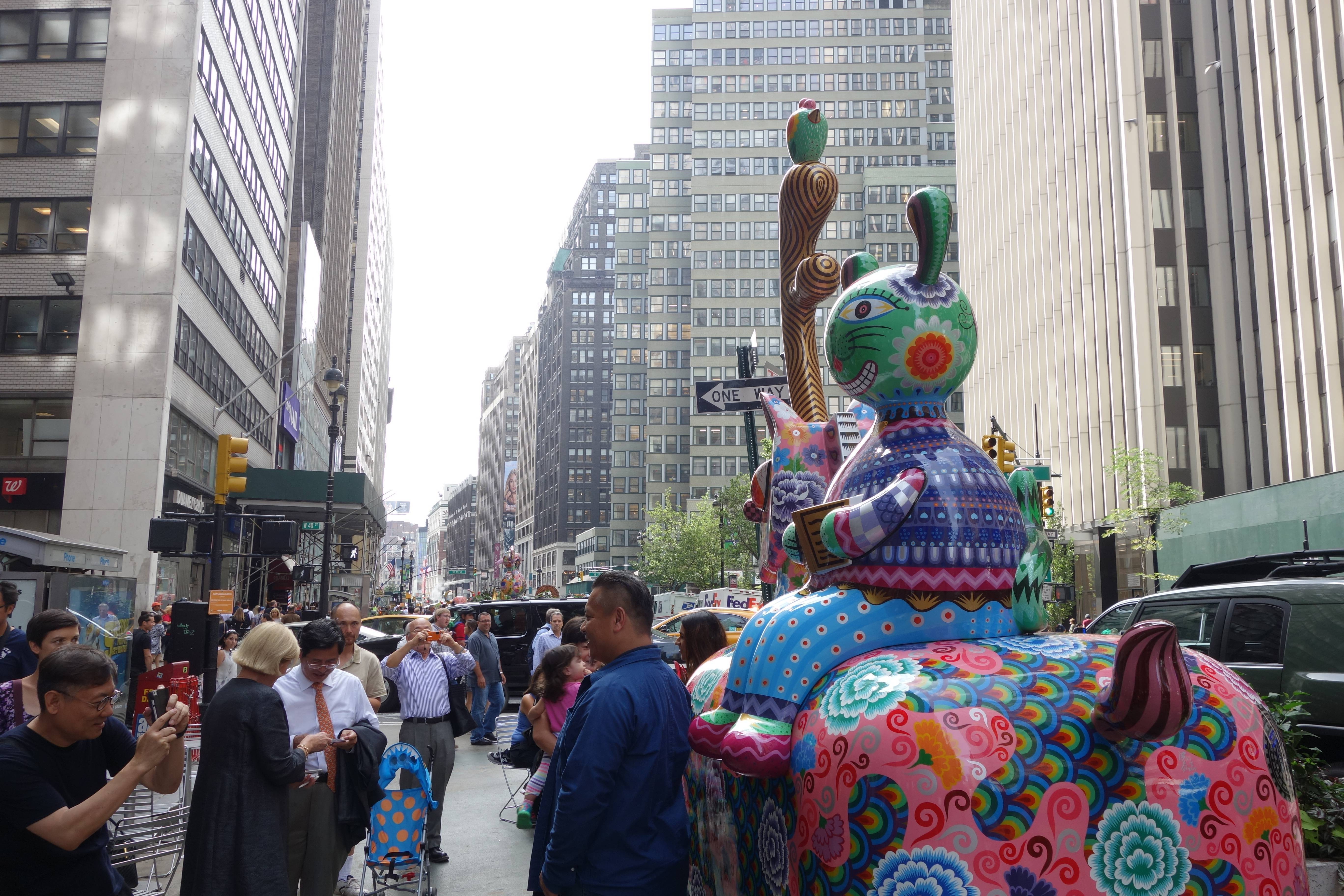 紐約是我們心目中最重要的舞台,克服所有困難,圓滿呈現。「龍馬」裝置在百老匯街與40街路口
