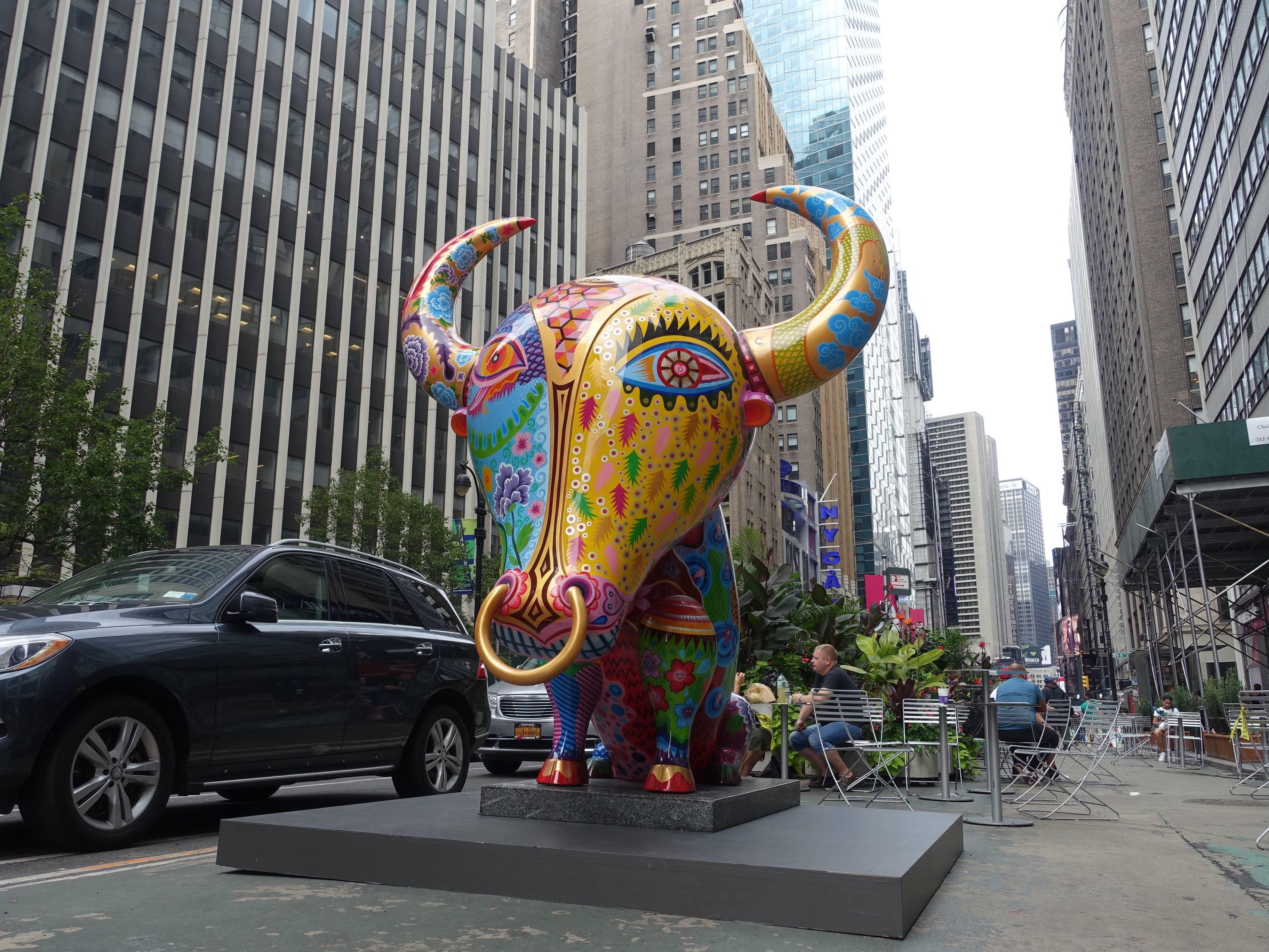 紐約百老匯時尚特區-洪易|大牛|鋼板彩繪|220x235x288cm