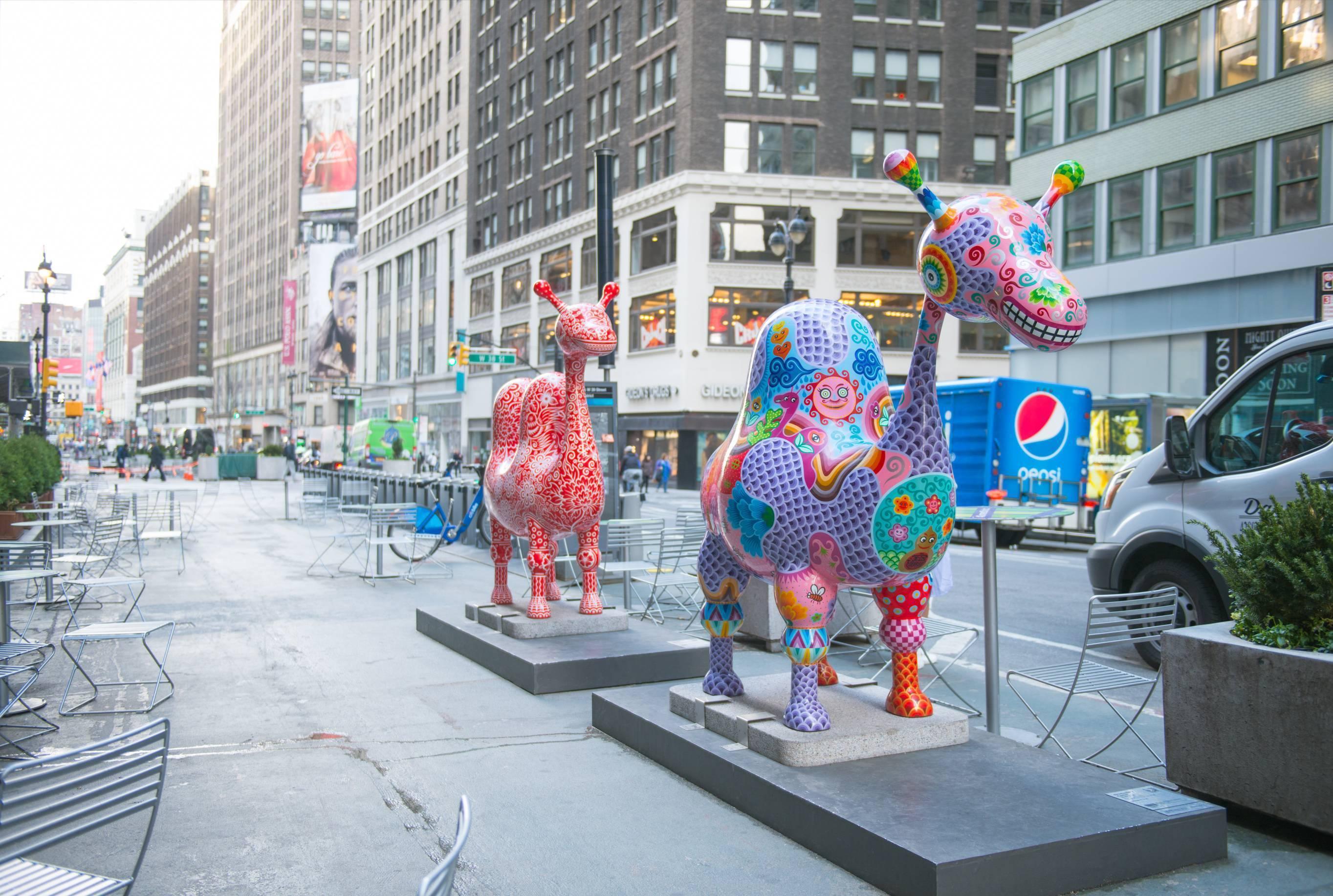 紐約地景環境裝置 洪易 單峰駱駝 鋼板彩繪 260x96x230cm / 雙峰駱駝 218x78x230cm