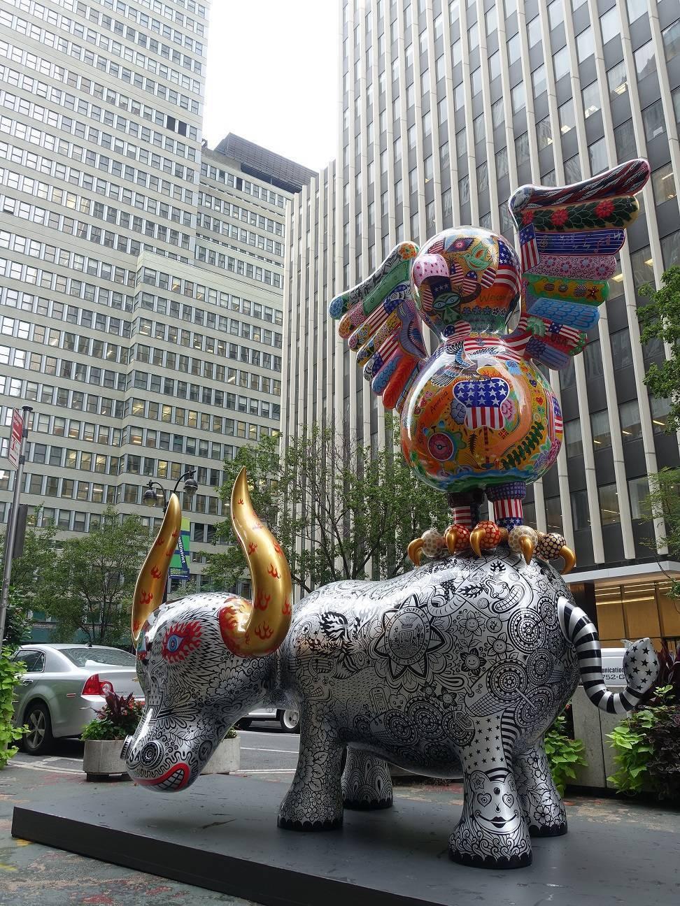 「鷹鴿水水牛」裝置在最靠近時代廣場與紐約高樓相互輝映,如自由美國的象徵。