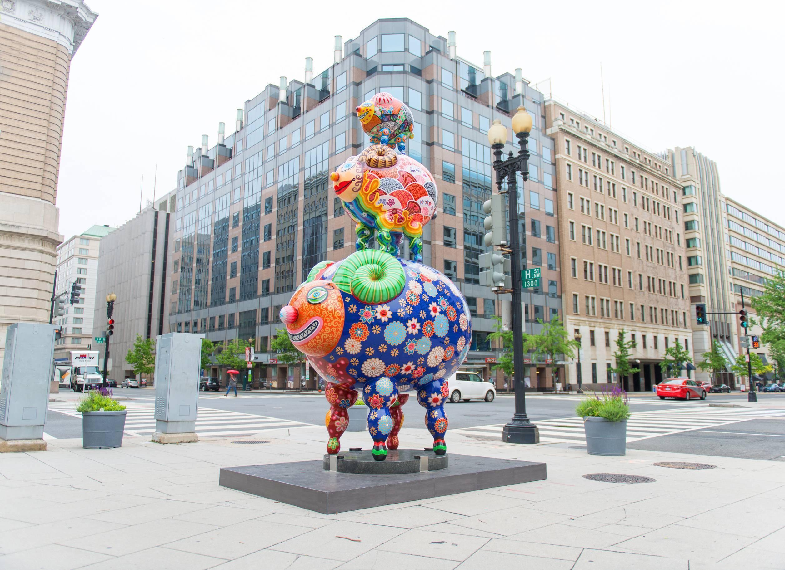 洪易的彩繪雕塑佇立在華盛頓DC 城市中心,與建築相互呼應。 洪易|三羊開泰|鋼板彩繪|284x172x454cm