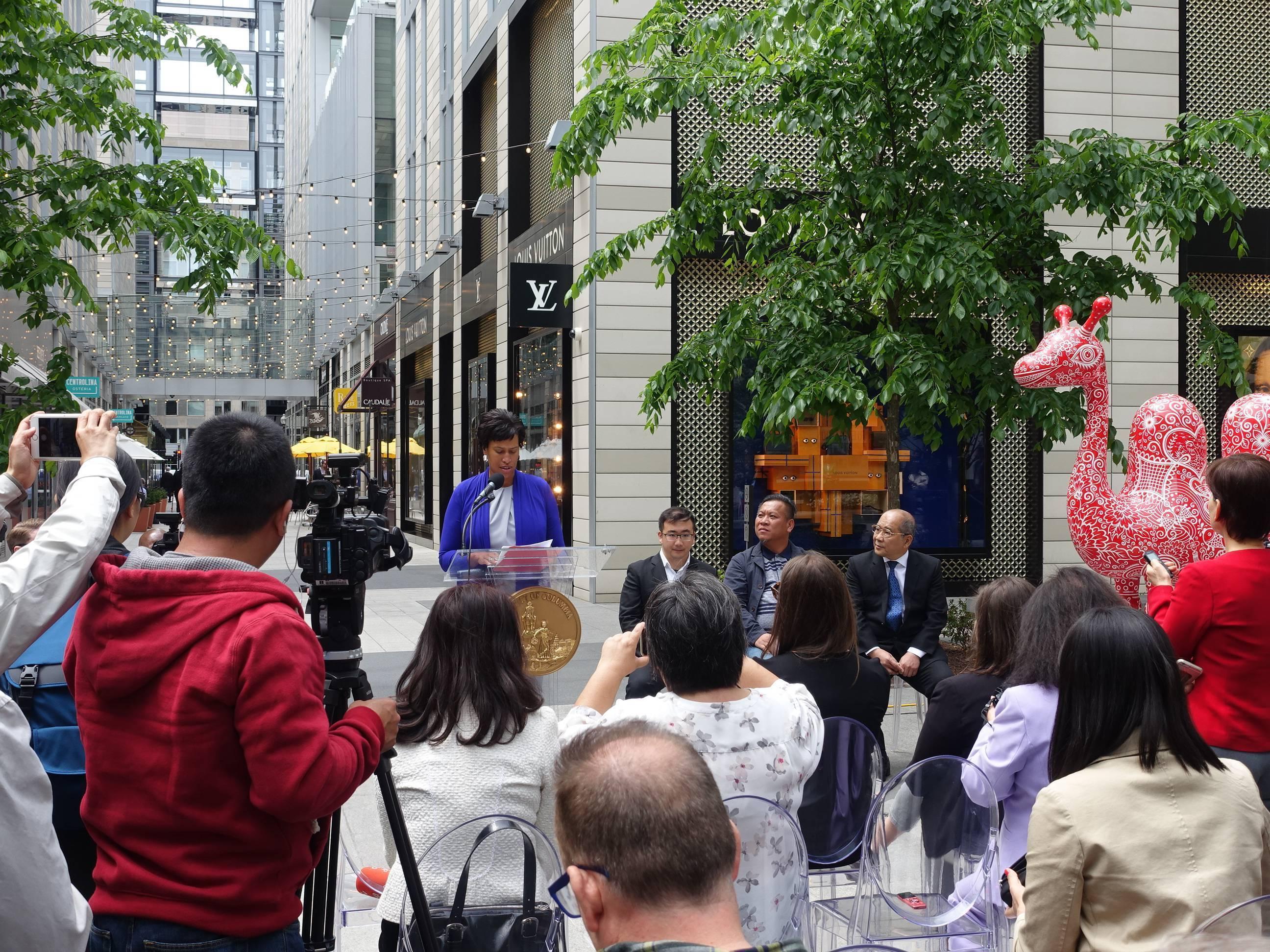 華盛頓DC市市長 Muriel Bowser 在花漾動物嘉年華為開幕式致詞。