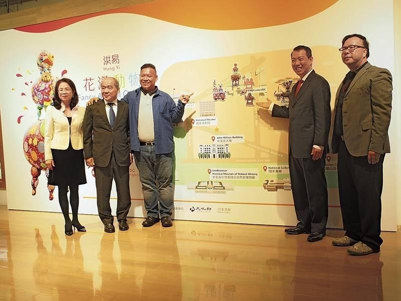 印象畫廊負責人歐賢政、江妙玲伉儷、藝術家洪易、與文化部政務次長楊子葆在記者會上合影。(由左至右)(攝影/柯舒寧)
