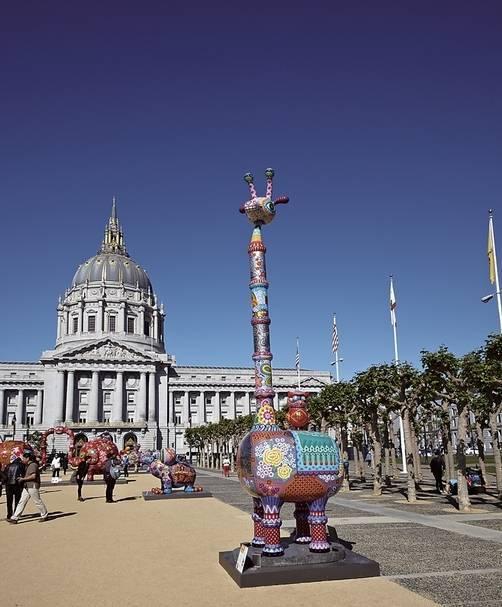 洪易在舊金山市政廳前廣場舉辦的「花漾動物嘉年華」展覽,圖為作品《長景祿》。(印象畫廊提供)