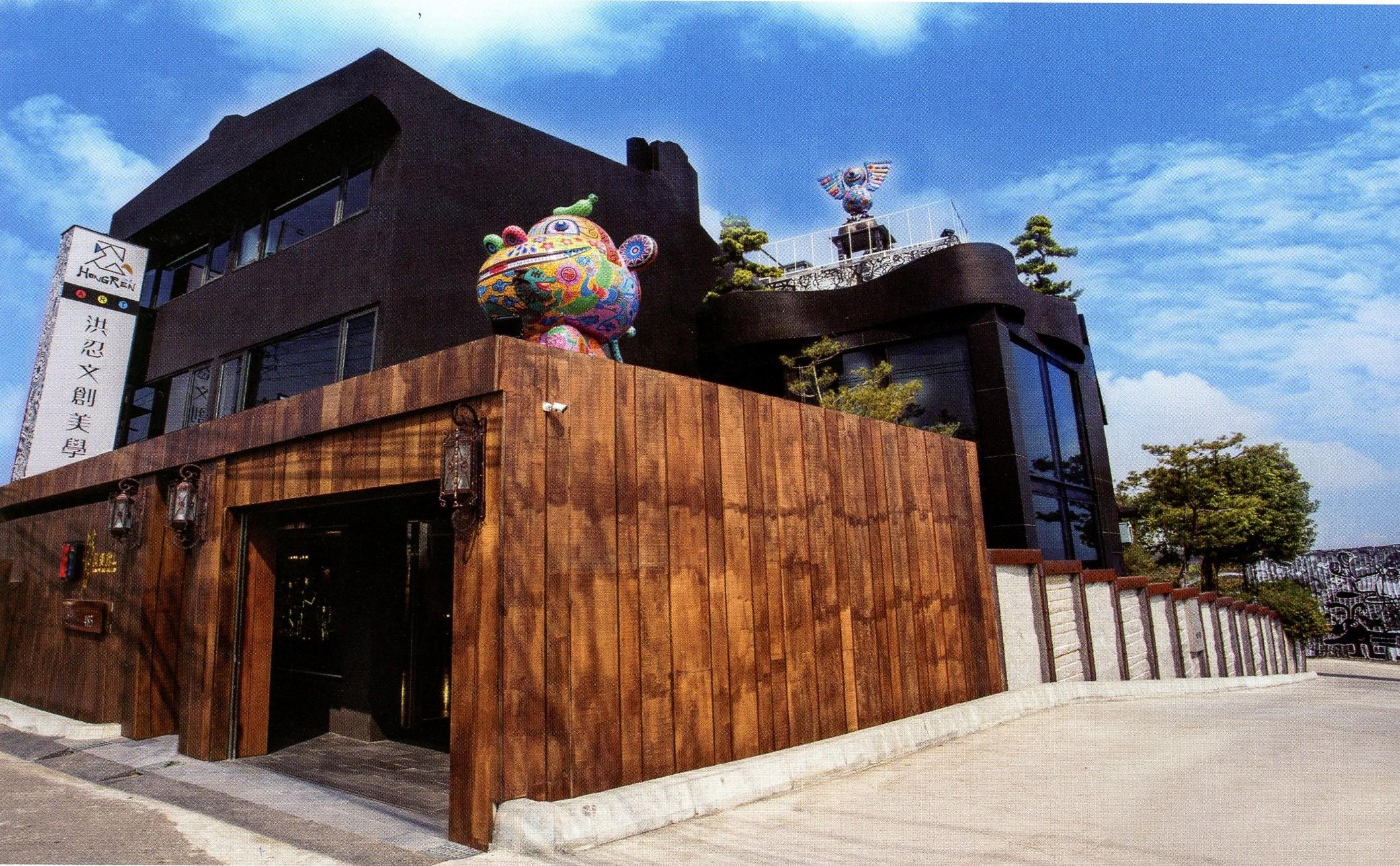 洪易美術館大器座落在彰化市彰南路上,期盼帶動周邊環境新藝術氣息。