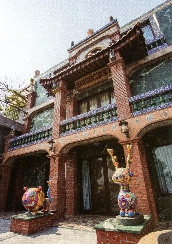 台灣紅磚搭配巴洛克色彩風格設計的建築外觀