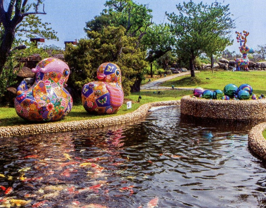 戶外夢幻水池,與洪易作品「鴛鴦」相呼應。