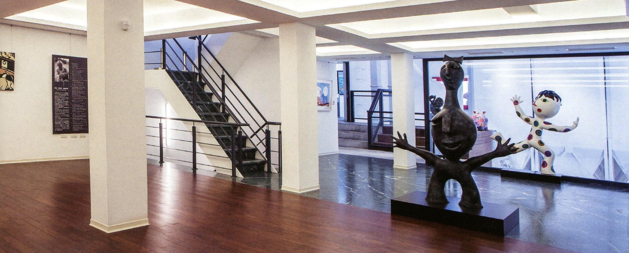 二樓展演廳提供藝術家作品展出與大眾互動