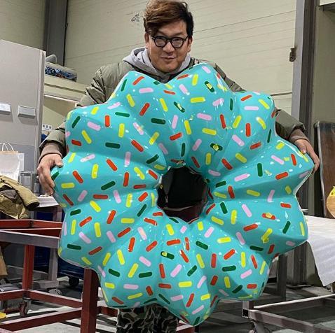 金載容與大型甜甜圈(來源:金載容IG)