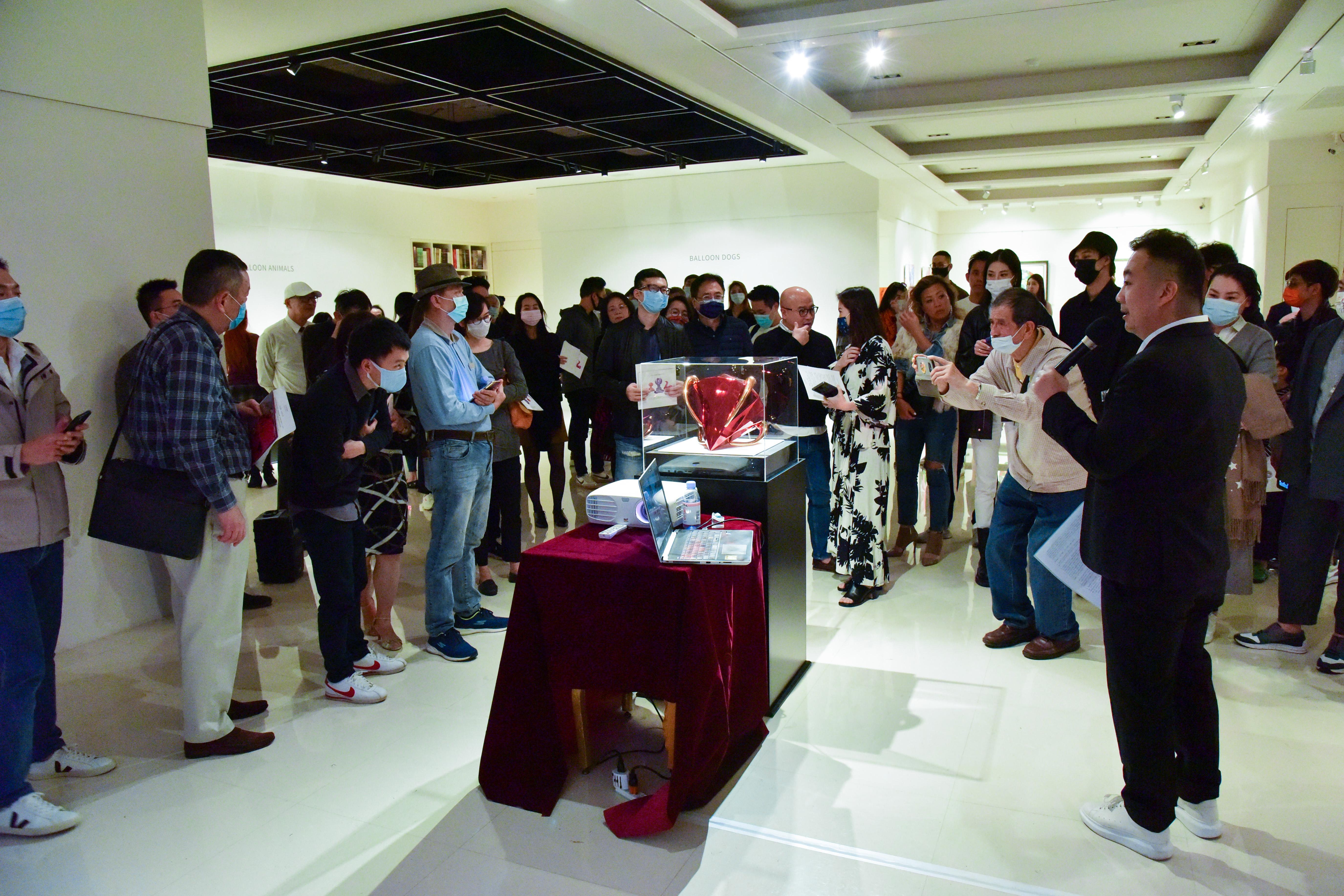 開幕現場由印象畫廊歐展榮解說「紅鑽」。