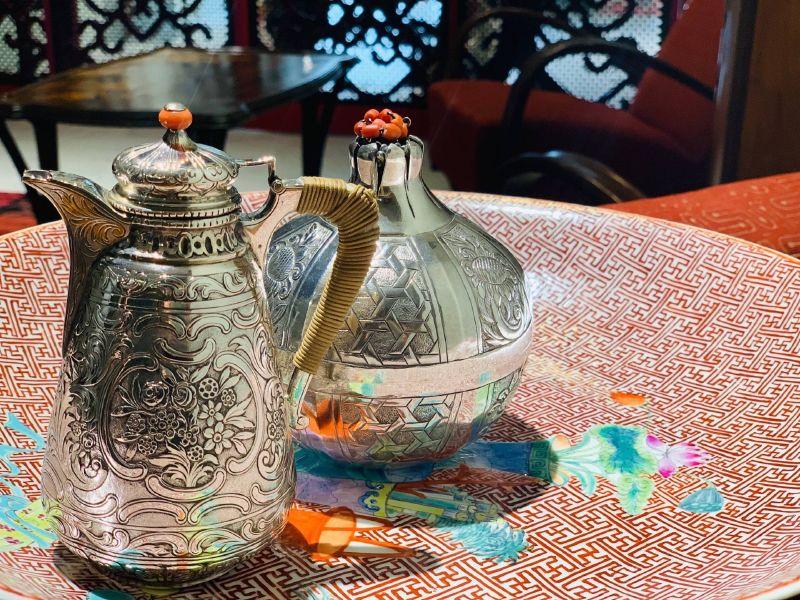 瓷器-古老的雕花銀壺與銀罐
