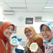 印尼中學教師,對手上的杯墊說讚